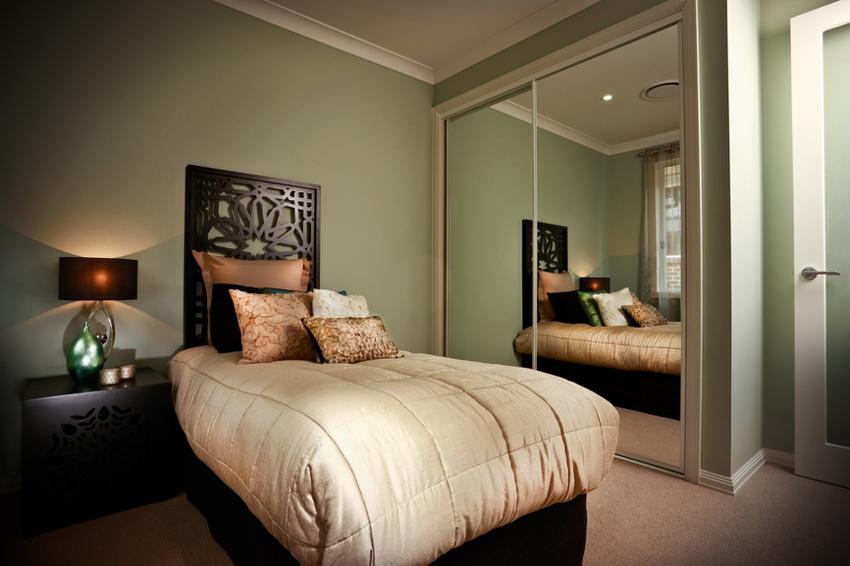 Кровать не должна отражаться в зеркалах