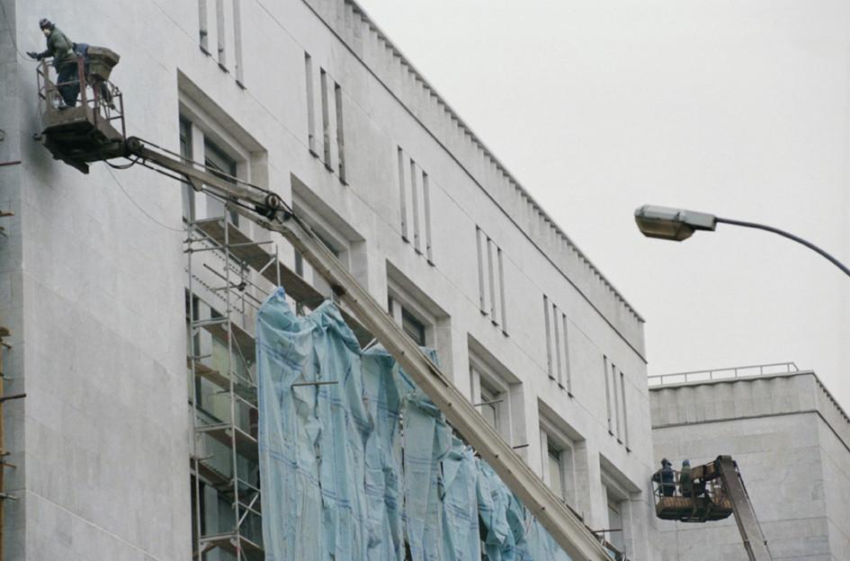 Восстановление Белого дома после танкового обстрела в октябре 1993 года