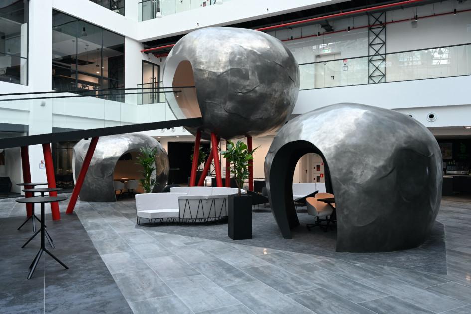 Куполообразные переговорные, напоминающие гигантские металлические яблоки или космические объекты