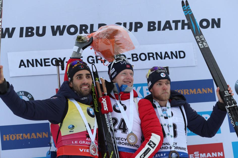 Мартен Фуркад, Йоханнес Бё и Антона Гигонна (слева направо) на подиуме после спринтерской гонки на этапе Кубка мира в Анси