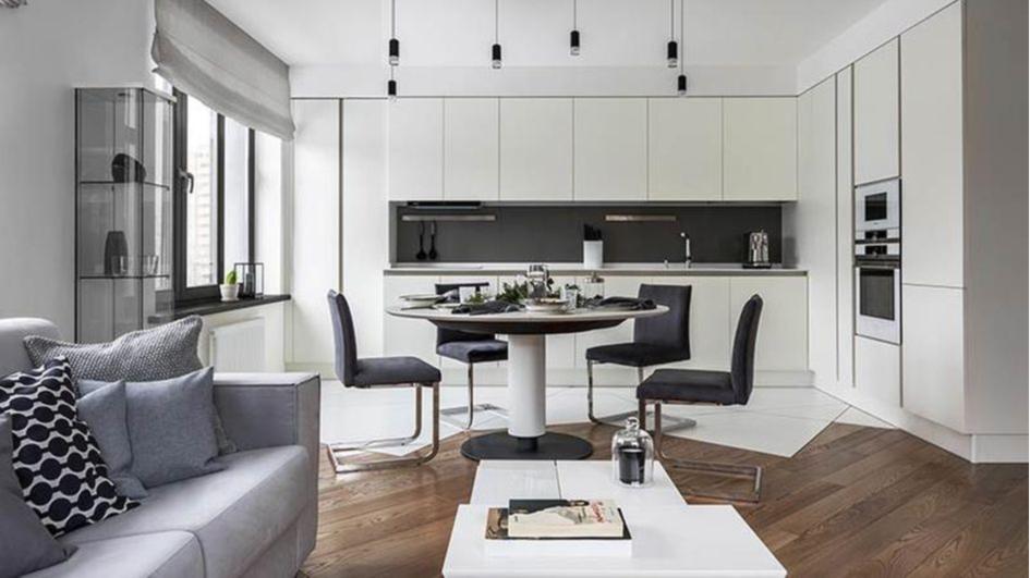 Белые мебельные модули на кухне, объединенной с гостиной