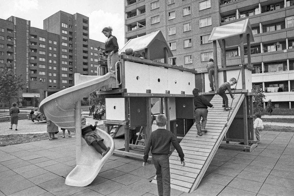 Минск. На игровой детской площадке. 1989 год