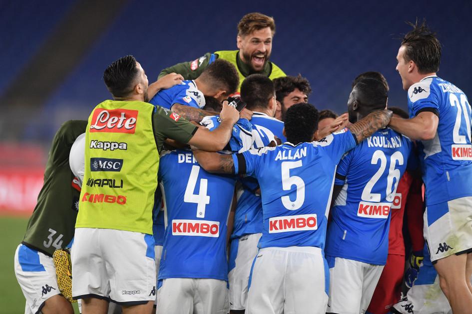 Футболисты «Наполи» после победного пенальти, который реализовал Аркадиуш Милик