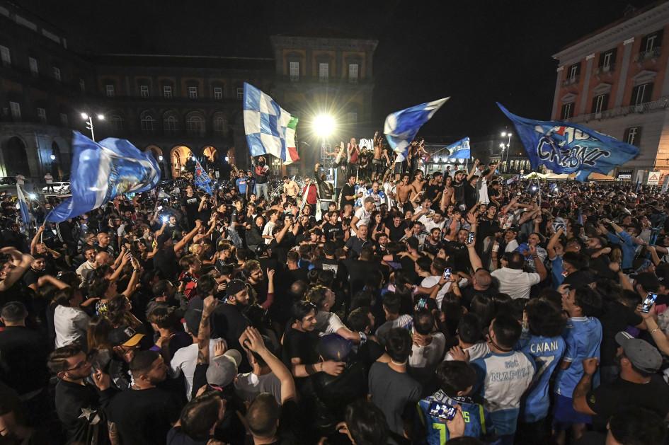 После окончания матча тысячи жителей Неаполя вышли на улицы города