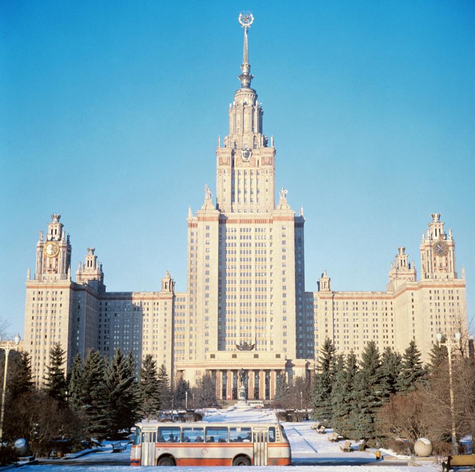 Главное здание Московского государственного университета имени М. В. Ломоносова на Ленинских горах. Точная дата съемки не установлена, около 1979 года