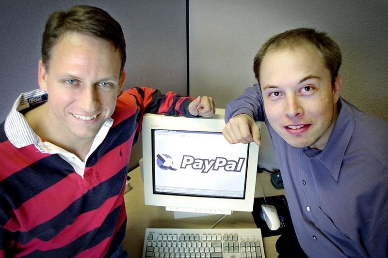 Исполнительный директор PayPal ПитерТиль (слева) иоснователь платежной системы Илон Маск вштаб-квартире компании вПало-Альто, штат Калифорния