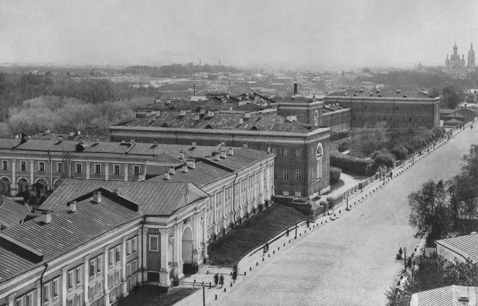Вторая Бауманская улица. На переднем плане слева — Лефортовский дворец, справа — здание Высшего технического училища имени Баумана (бывший Слободской дворец). 1901 год