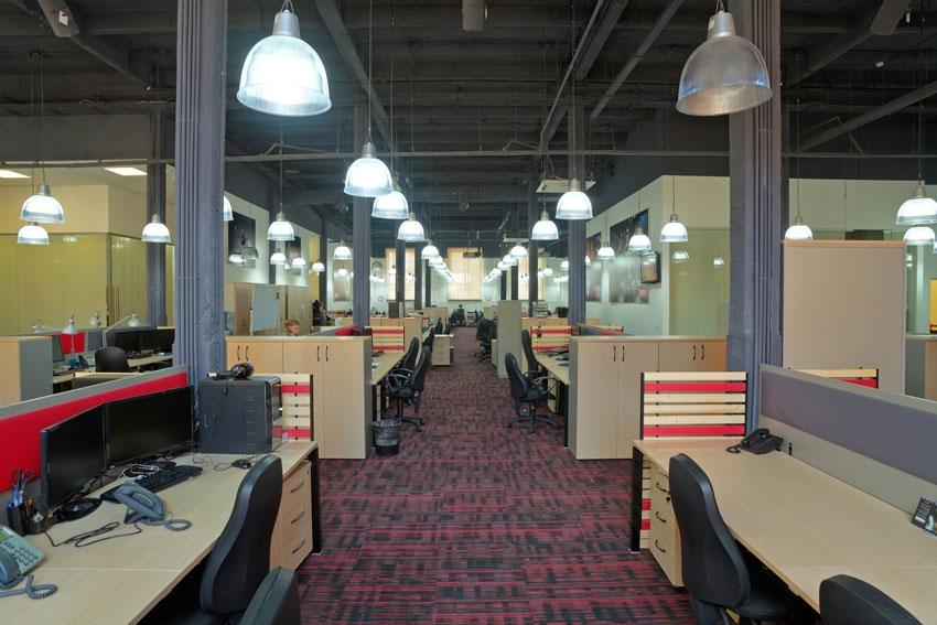 Проект интерьера был вписан в старое здание, бывший промышленный цех, в котором велось производство текстильной продукции.