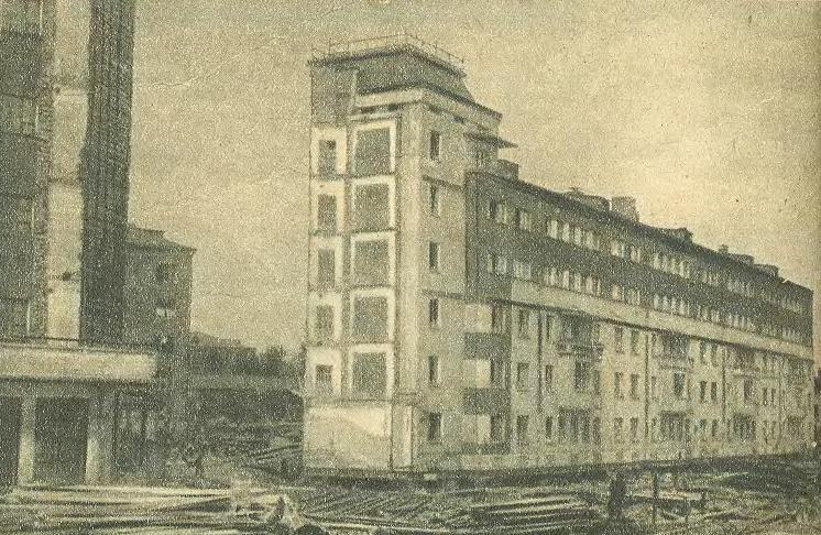 Передвижка дома на улице Осипенко. Дом разрезан пополам, длинная сторона переезжает с одновременным поворотом