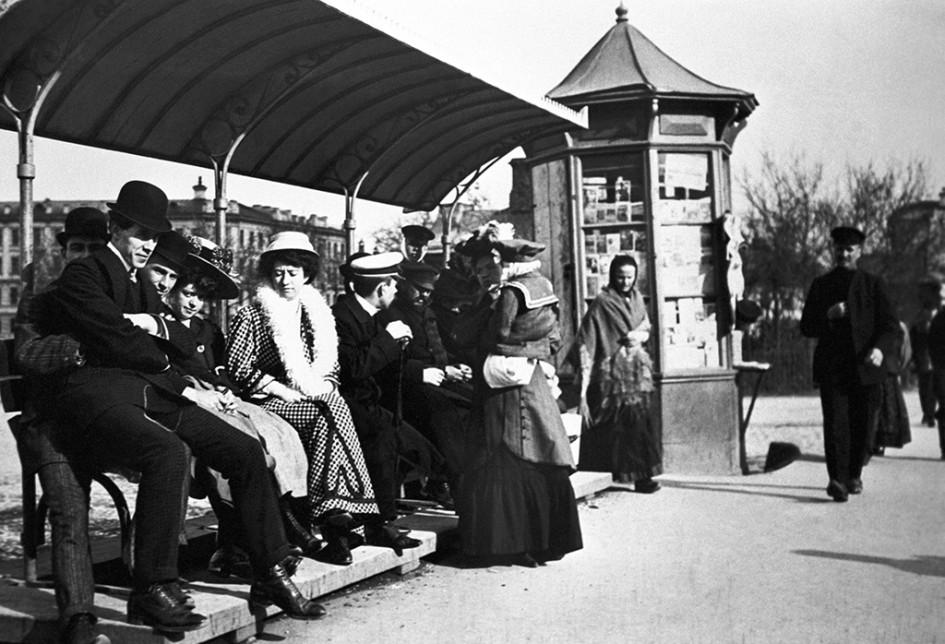 Дореволюционная Москва, 1910 год.Пассажиры на трамвайной остановке