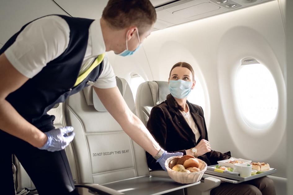 Во время всего полета бортпроводники следят за соблюдением масочного режима, разрешая снять средства защиты органов дыхания лишь во время приема пищи