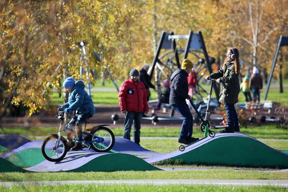 Горожане во время отдыха на территории парка 850-летия Москвы в Марьине
