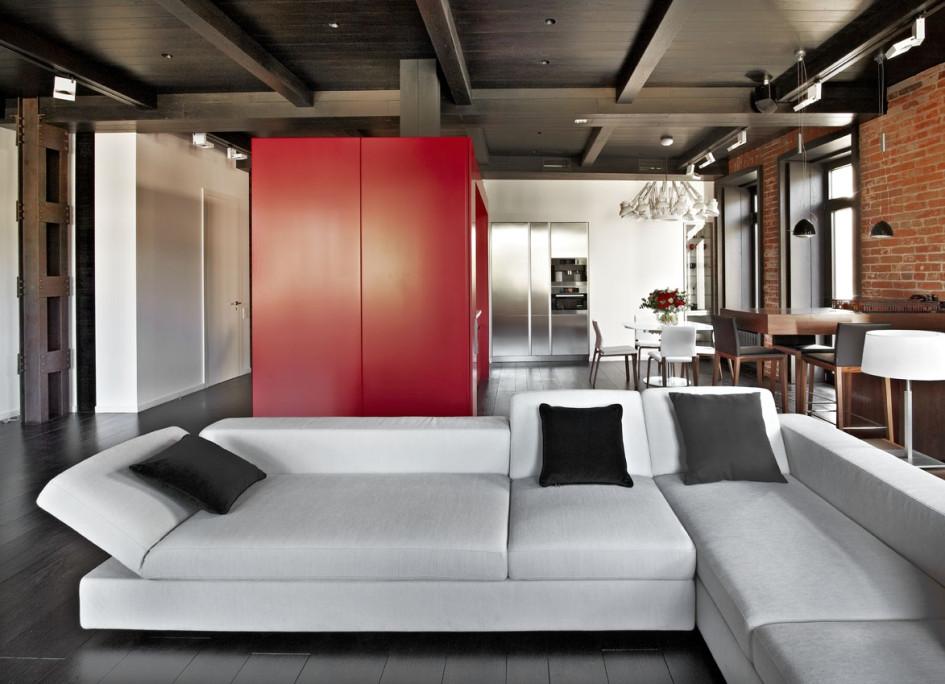 Куб - композиционный центр и зонирующий элемент, помогает оптимально использовать объем. Со стороны гостиной в него встроена кухня, со стороны прихожей - шкаф для одежды и обуви. Эта конструкция находится на месте бывшего коридора и проходит как кухня-ниша