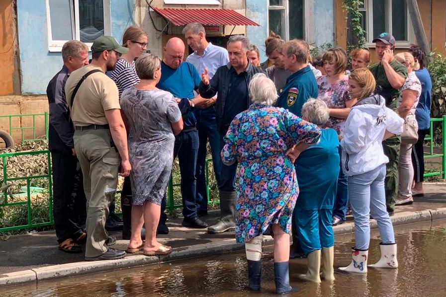 Вице-премьер РФ Виталий Мутко (в центре), возглавивший комиссию по ликвидации последствий наводнения в Иркутской области, прибыл для оценки ущерба жилым домам, инфраструктуре и социальным объектам, пострадавшим от затопления районах Приангарья