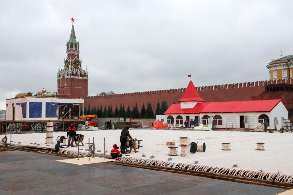 Во время работ по монтажу ГУМ-катка на Красной площади