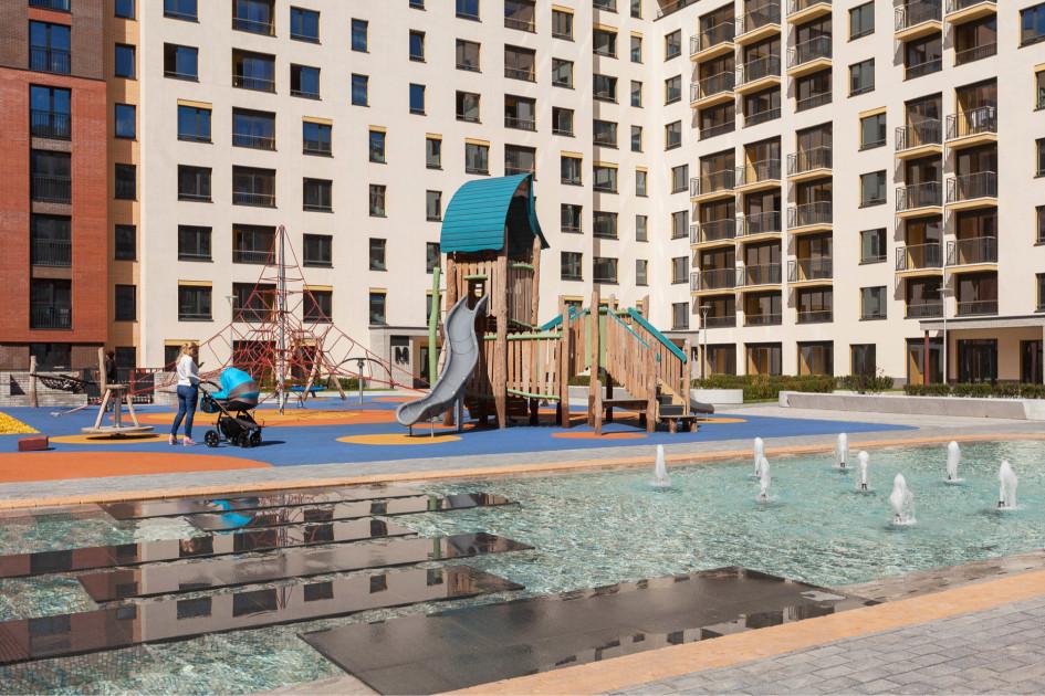 Во дворе есть спортплощадка, а также детские площадки для разных возрастных групп