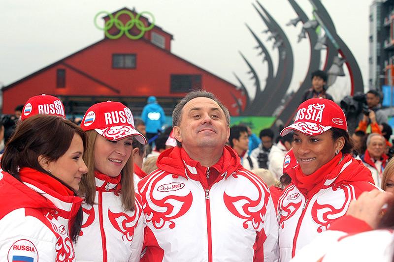 11 февраля 2010 года. Виталий Мутко c членами женской сборной России покерлингу передначалом церемонии поднятия российского флага нацентральной площади олимпийской деревни