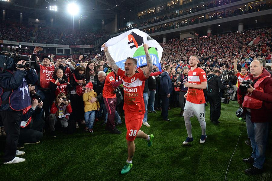 Игроки «Спартака» Андрей Ещенко (слева) и Александр Селихов на церемонии вручения кубка чемпионов России