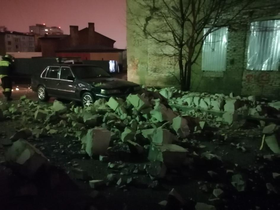 Возле станции метро «Пролетарская» обрушилось заброшенное здание