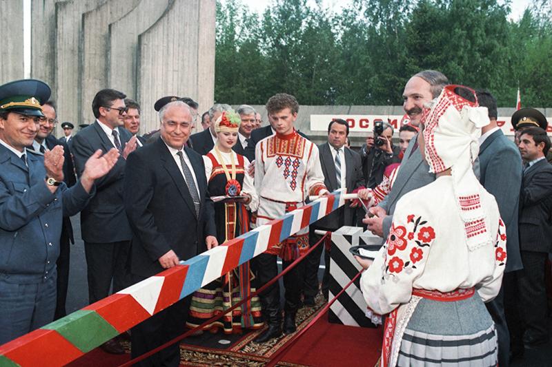 Виктор Черномырдин иАлександр Лукашенко вовремя церемонии ликвидации таможенной границы междуРоссией иБелоруссией. Май 1995 года