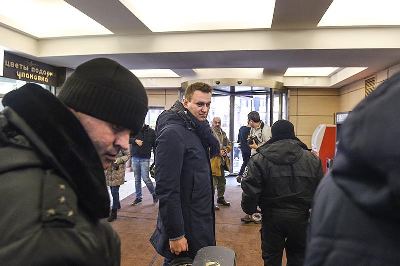 Судебные приставы ипредседатель партии «Партия прогресса» Алексей Навальный (в центре) вмосковском офисе Фонда борьбы скоррупцией