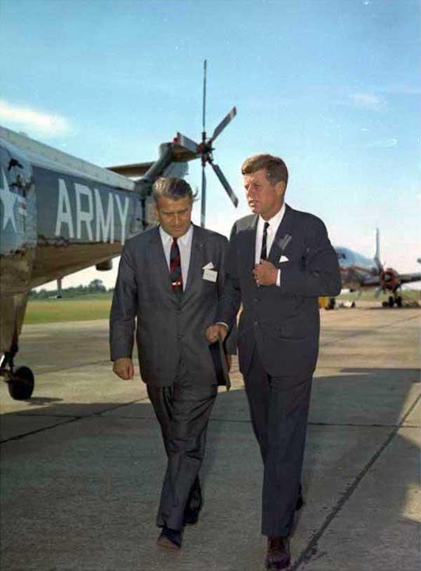 Вернер фон Браун (слева) и Джон Ф. Кеннеди, 1963 год