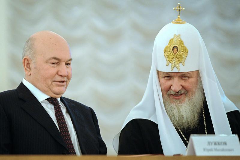 Бывший мэр Москвы Юрий Лужков (на фото слева, справа патриарх Кирилл) пообещал строить церкви так, «чтобы не было таких мест, где храм Божий не находился на расстоянии шаговой доступности»
