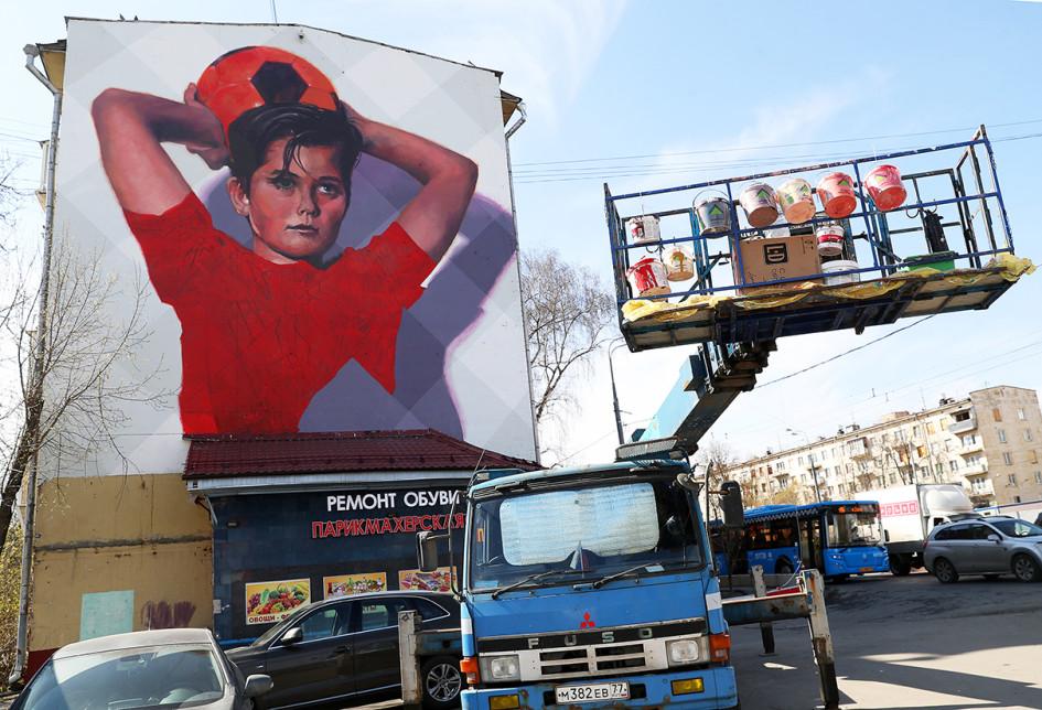 Во время создания граффити, посвященного чемпионату мира по футболу 2018 года, на фасаде дома №21 на проспекте Маршала Жукова