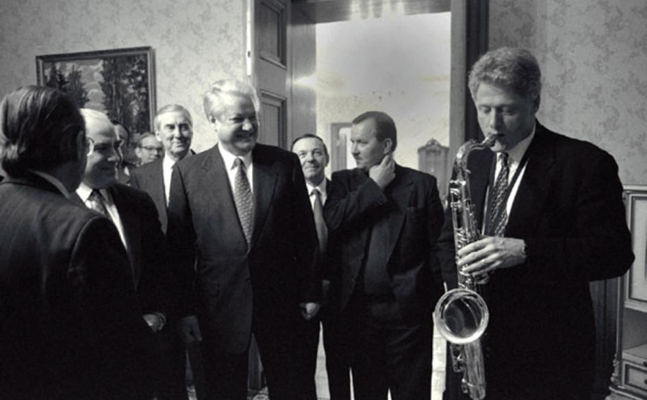 Билл Клинтон (на фото справа, с саксофоном), прослуживший президентом Соединенных Штатов с 1993 по 2001 год