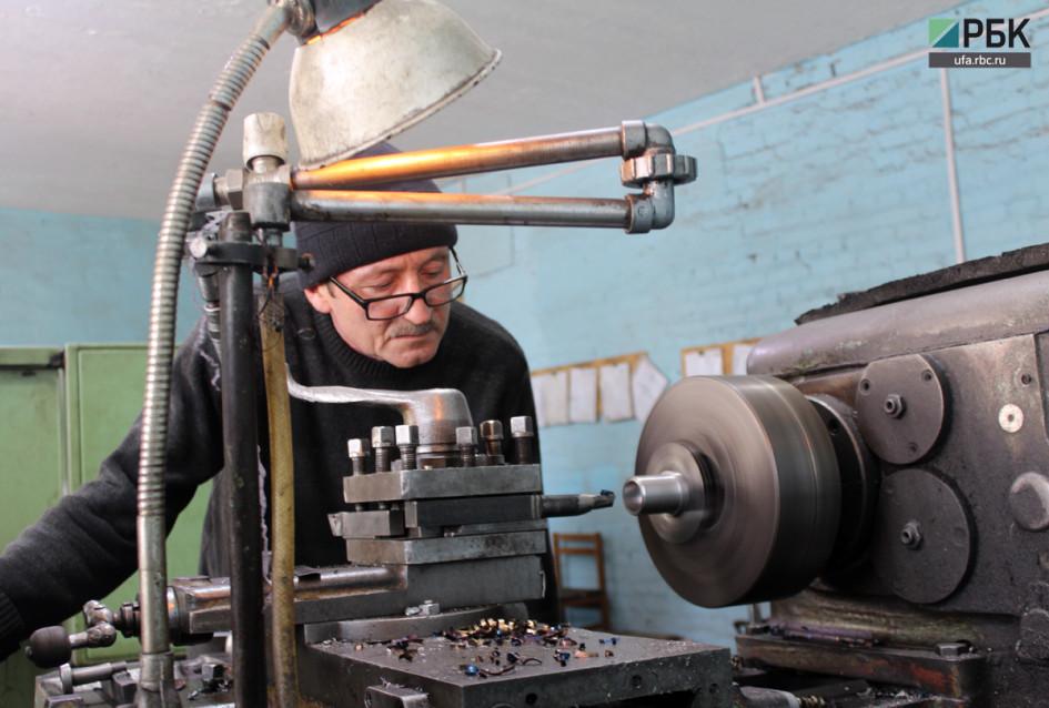 На заводе Азата работает около 30 человек - в основном жители села Серменево