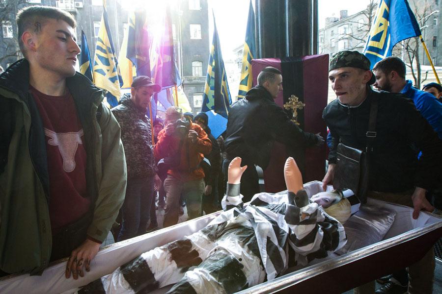 Чучело Валерии Гонтаревой вгробу наакции протеста у здания Нацбанка Украины. 1 марта 2017 года