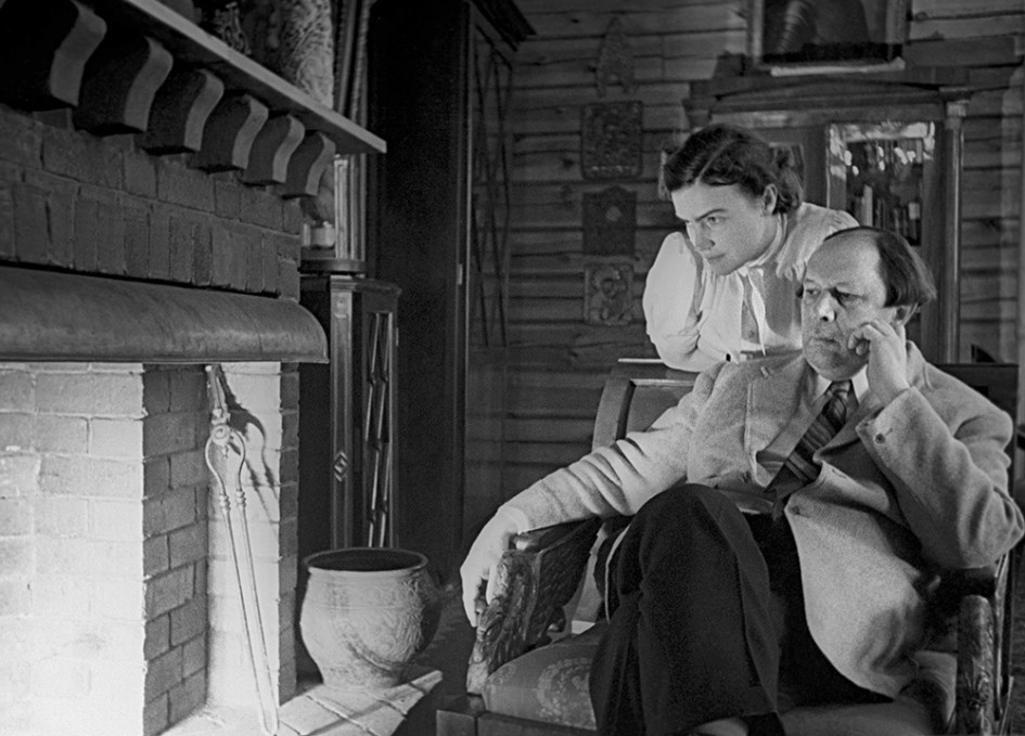 Московская область. Писатель Алексей Толстой с супругой Людмилой Ильинишной у себя на даче, 1941 год