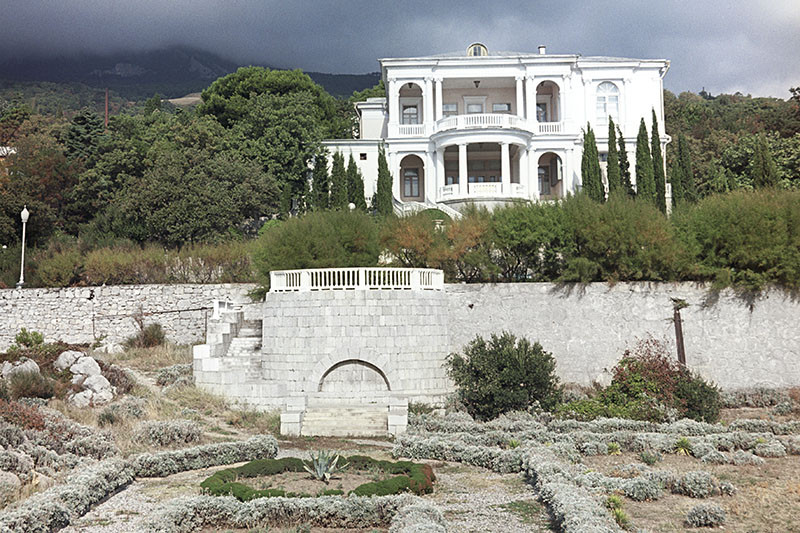 Санаторий «Нижняя Ореанда» в Большой Ялте, доставшийся управделами президента, — один из известнейших на южном побережье Крыма