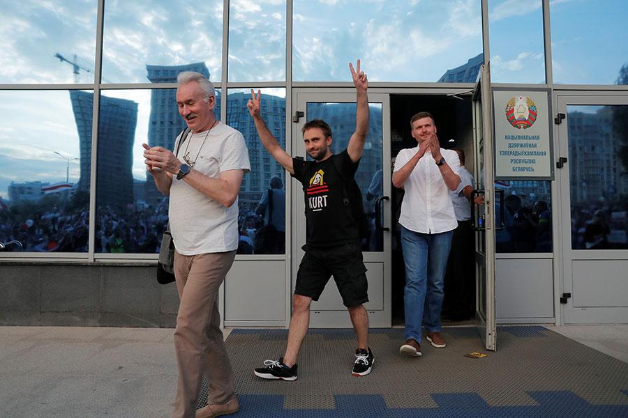 Сотрудники на выходе из здания Национальной Белтелерадиокомпании в Минске