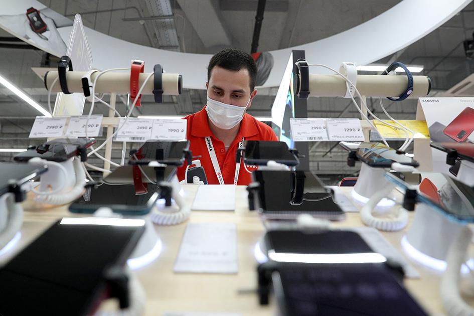 Сотрудник магазина бытовой техники и электроники «М.Видео» во время подготовки к открытию в ТЦ «Океания» в рамках очередного этапа отмены ограничений из-за коронавируса