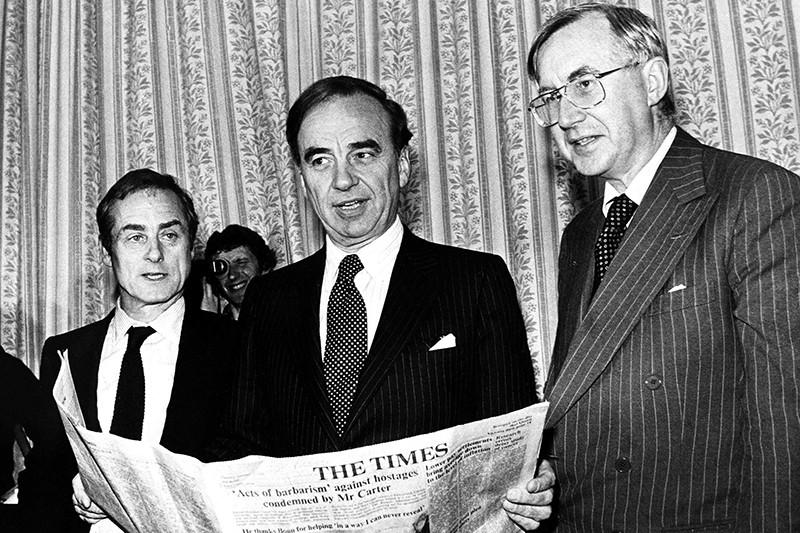 Руперт Мердок (в центре) представлен как новый владелец лондонских газет The Times и The Sunday Times на пресс-конференции в Лондоне 22 января 1981 года