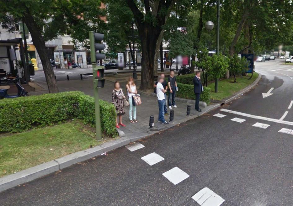 Обозначение направления движения пешеходов при помощи зеленой изгороди
