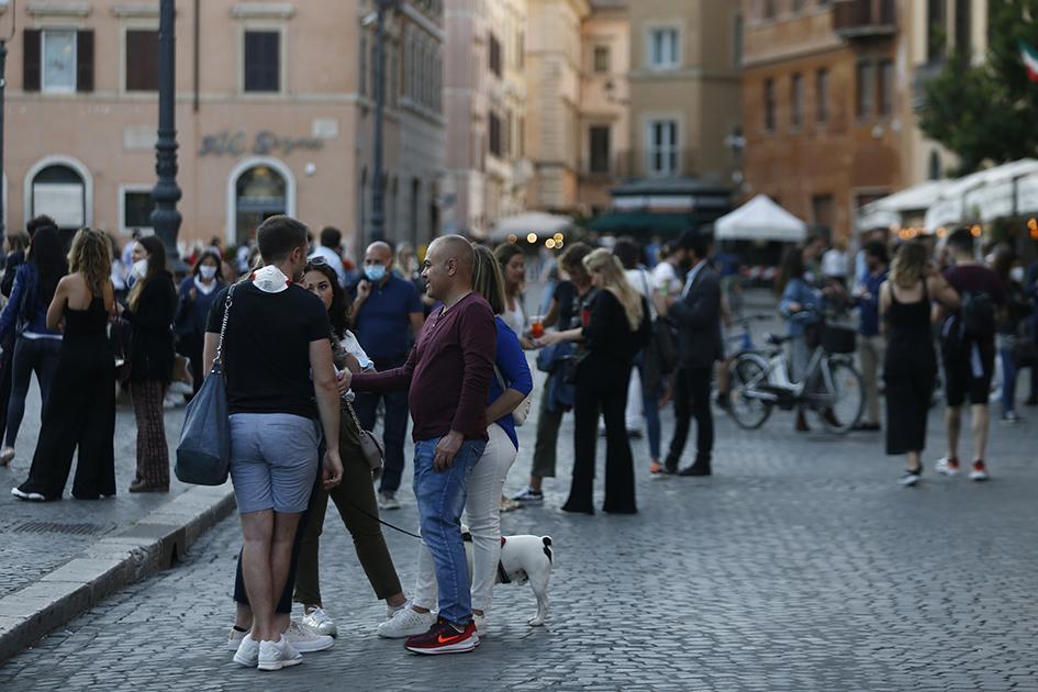 Люди в центре Рима во второе воскресенье мая