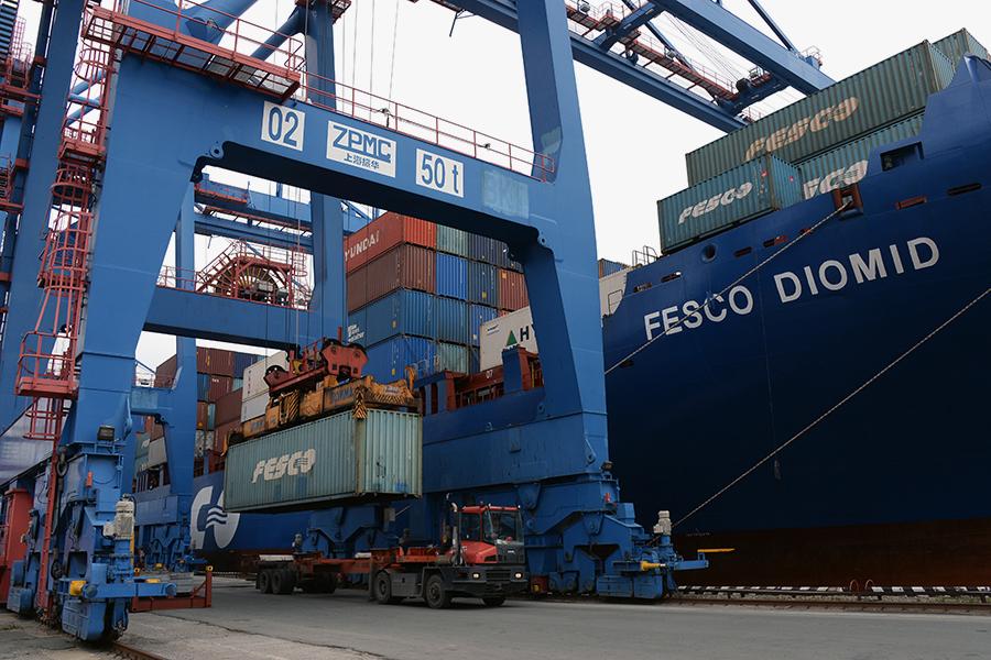 Контейнеровоз FESCOв порту Владивостока