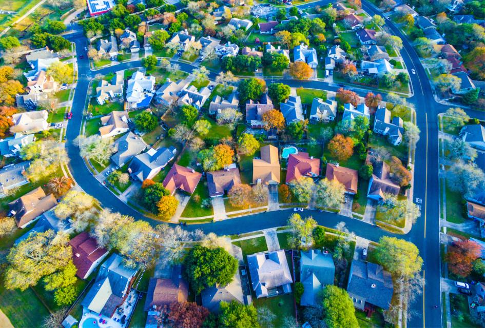Есть риск, что типовая массовая застройка грозит превращением малых населенных пунктов или пригородов в малоэтажные хрущевки