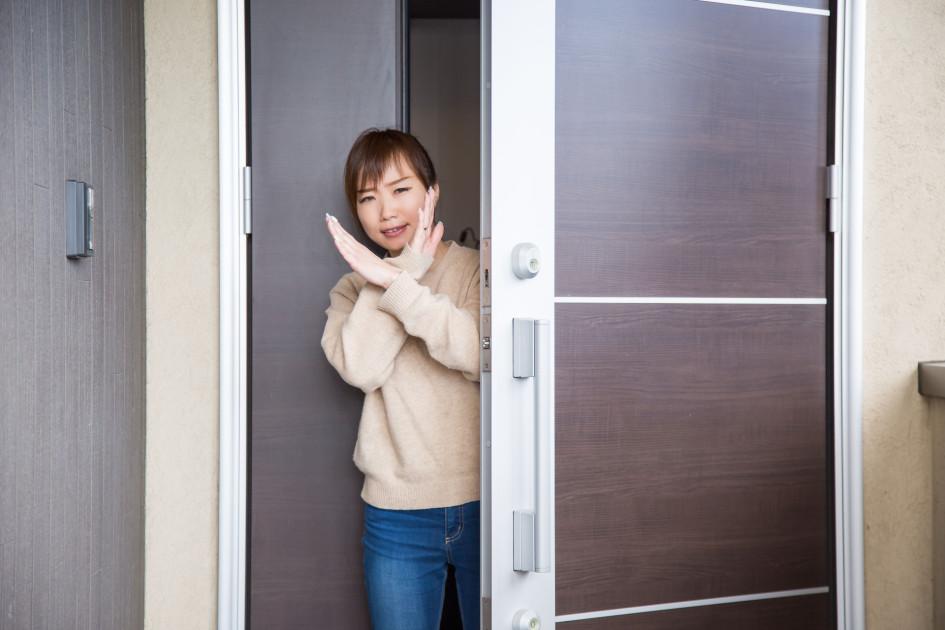 Соседи продавца квартиры могут затрудняться в ответах на вопросы о собственнике. Иногда это может быть признаком мошенничества