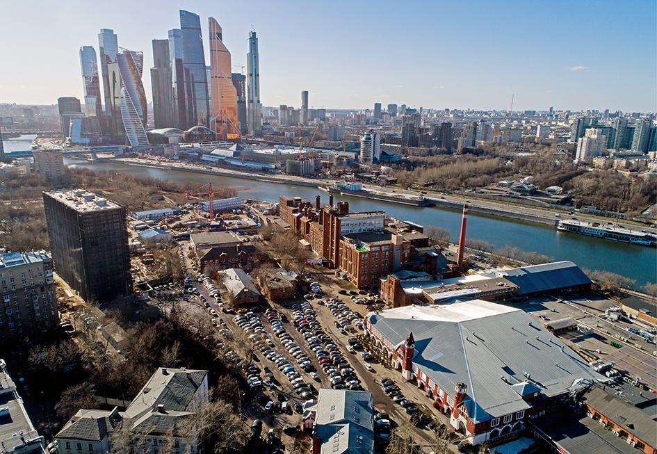 Текущий вид на территорию бывшего Бадаевского пивоваренного завода в Дорогомилово. На втором плане— московский международный деловой центр «Москва-Сити