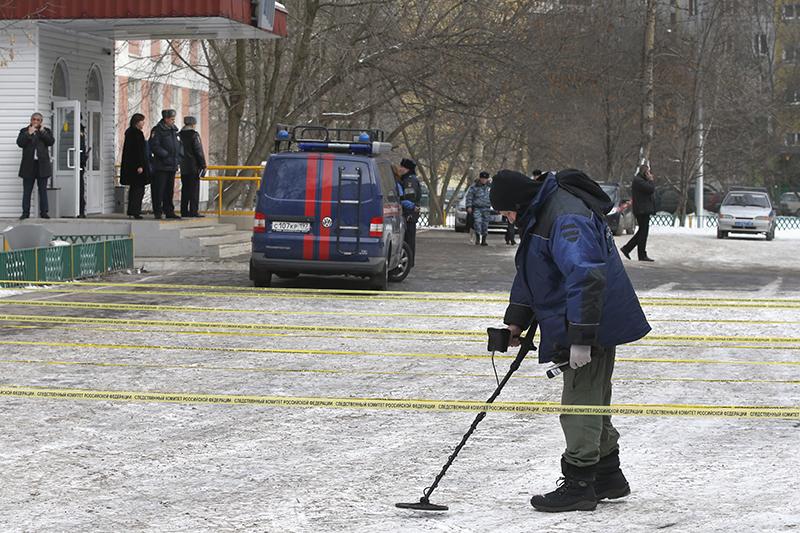 Сотрудники СКР работают на месте происшествия
