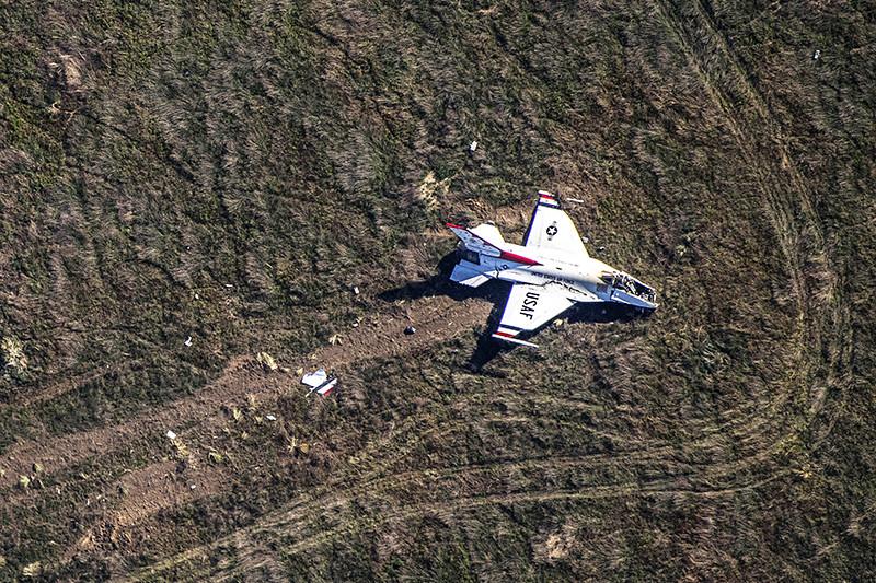 Самолет F-16 пилотажной группы Thunderbird наавиашоу вакадемии ВВС США