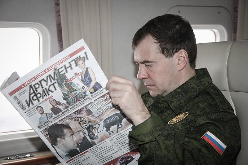 В аппарате правительства предпочитают «Коммерсантъ» (73 экземпляра), «Российскую газету» (53), «Московский комсомолец» и «Ведомости» (по 52). Еженедельник «Аргументы и факты» в этом году будут получать всего 39 сотрудников Белого дома