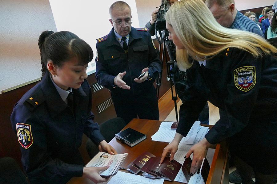 Сотрудники полиции готовятся к выдаче паспортов для граждан ДНР в Донецке