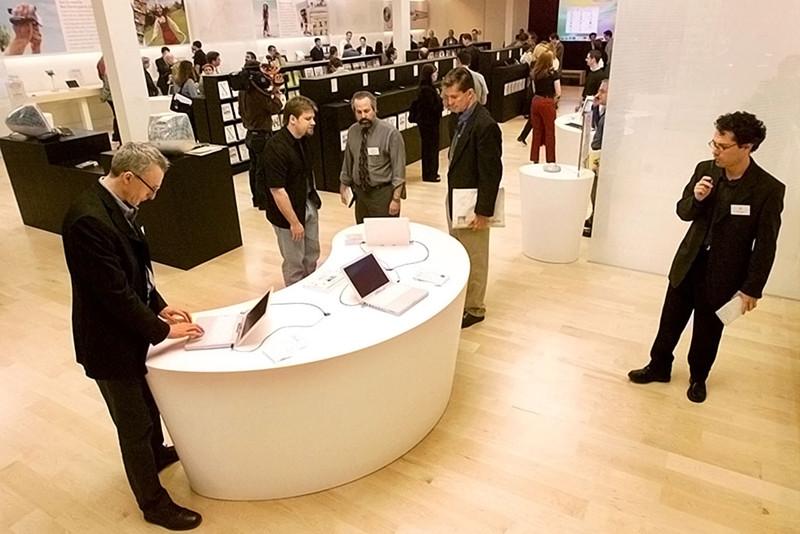 Открытие первого магазина Apple Store в Калифорнии в 2001 году
