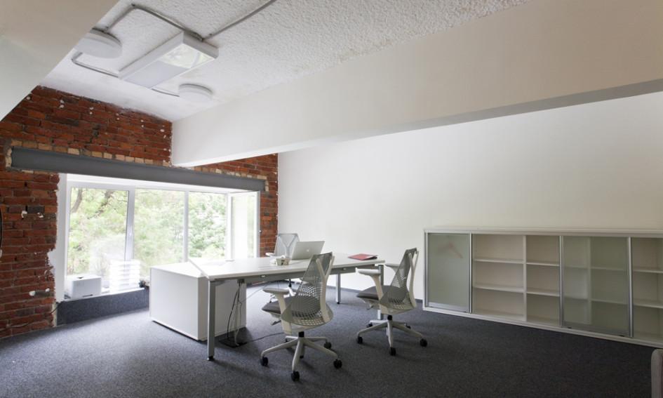 Чтобы увеличить небольшую площадь офиса, авторы проекта надстроили второй уровень, который держится на металлических балках и опорах. На втором уровне расположились серверная переговорная, кабинет руководителя и небольшой спортзал