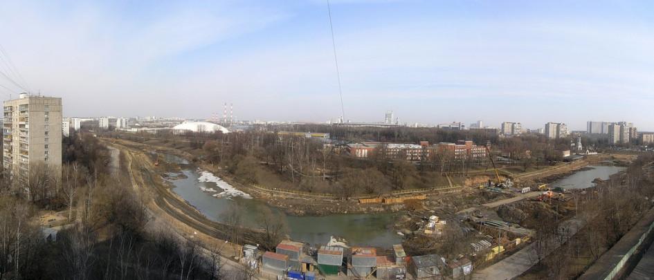 Близость водоема часто считается благоприятным фактором при продаже квартиры, но Черкизовский пруд на востоке Москвы — особенное явление. Рядом с небольшим озером здесь уместились гаражи, кладбище, хладокомбинат, хозяйственные постройки и другие объекты, соседство с которыми сложно назвать приятным