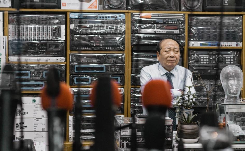 Продавец в магазине электроники. Сеул, Южная Корея